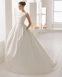 d5023282a Vestido de novia estilo clásico en otoman y pedreria con escote barco.