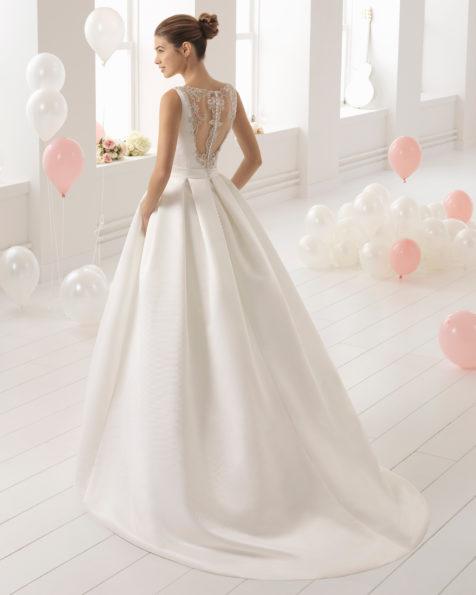 Vestido de noiva estilo clássico de tecido otomano e brilhantes com decote quadrado com bolsos.