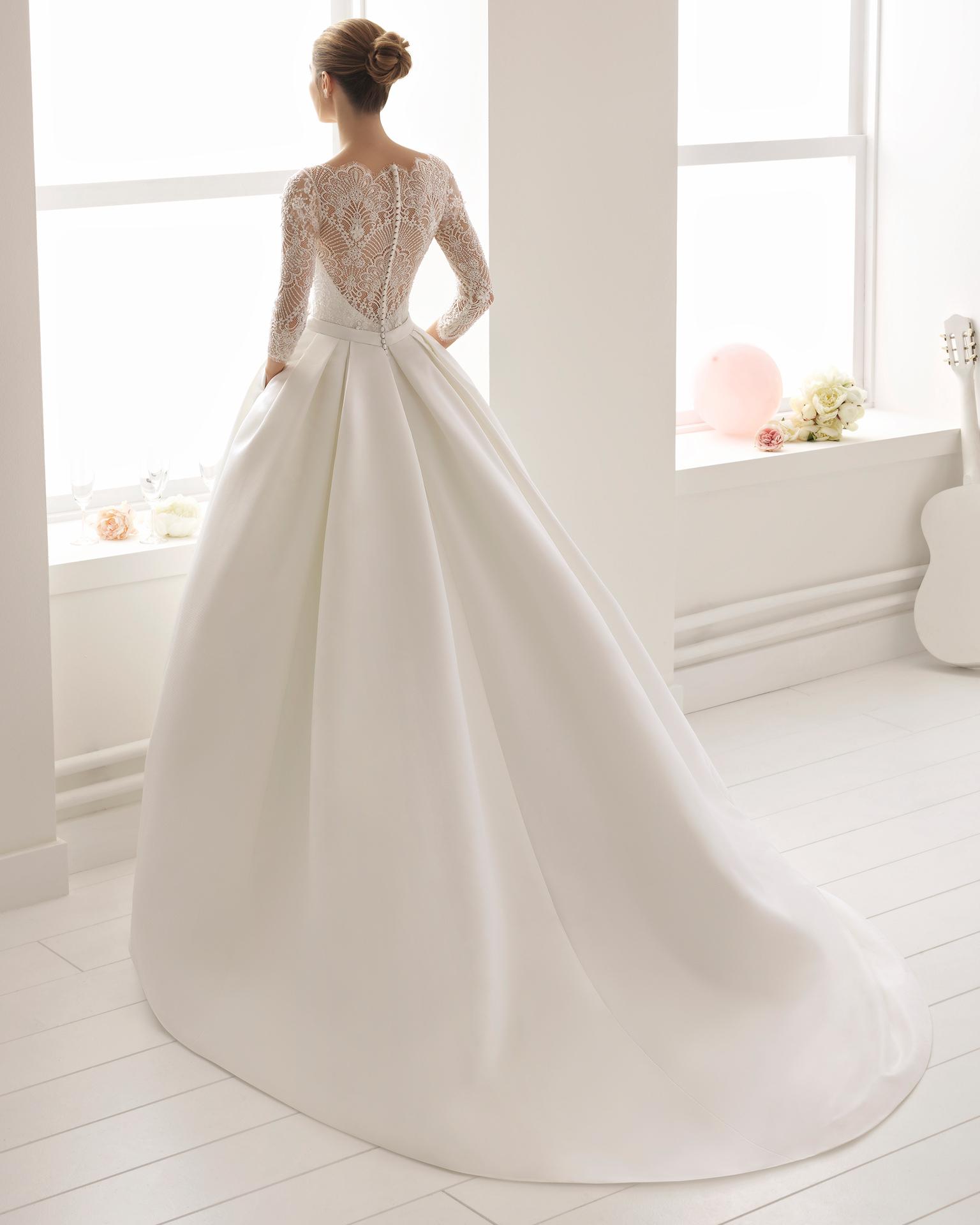 经典风格裸纱领四分之三袖珠饰蕾丝斜纹布新娘婚纱。