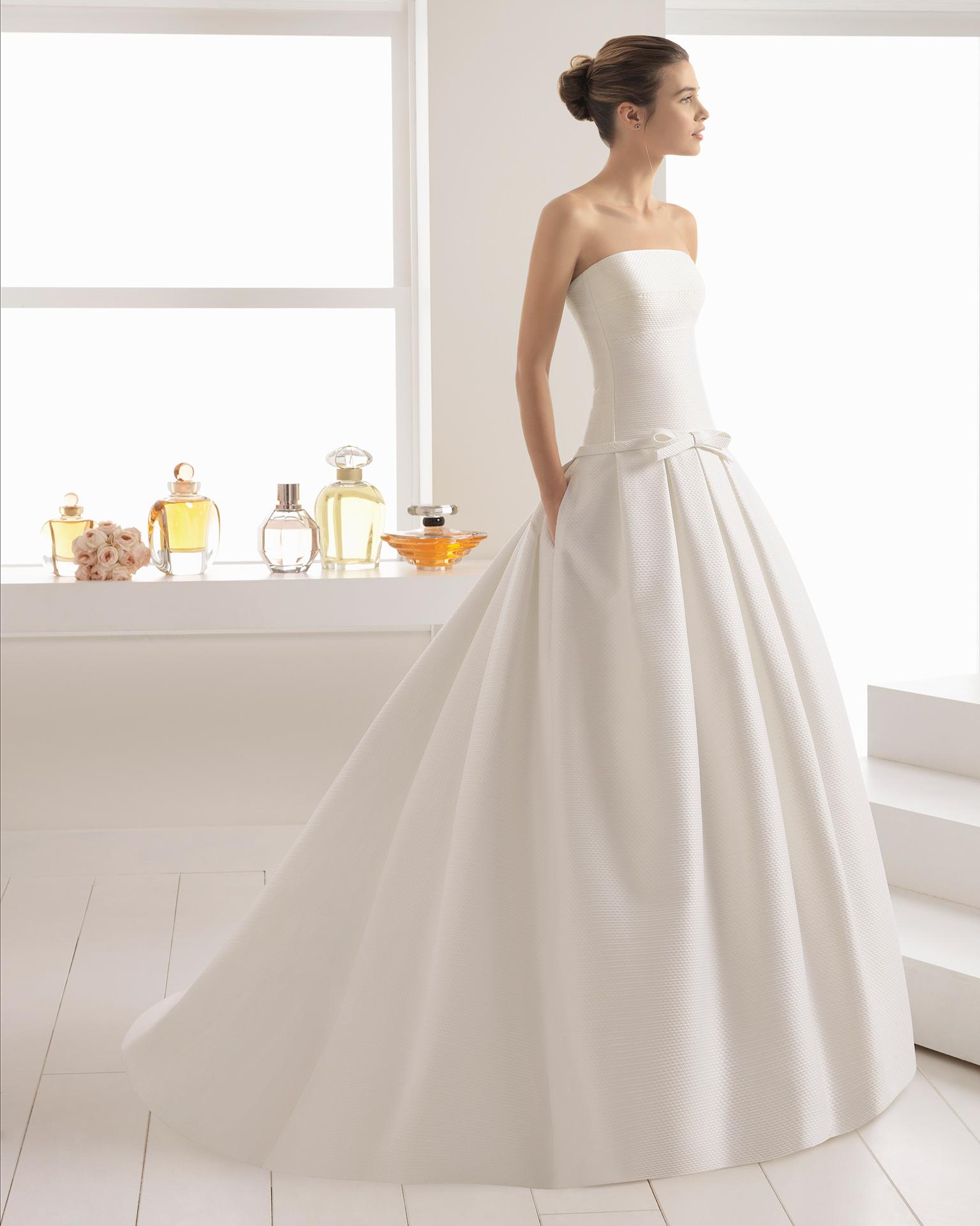 Klassisches Brautkleid aus Capri, schulterfrei, Schleife an der Taille, Taschen.