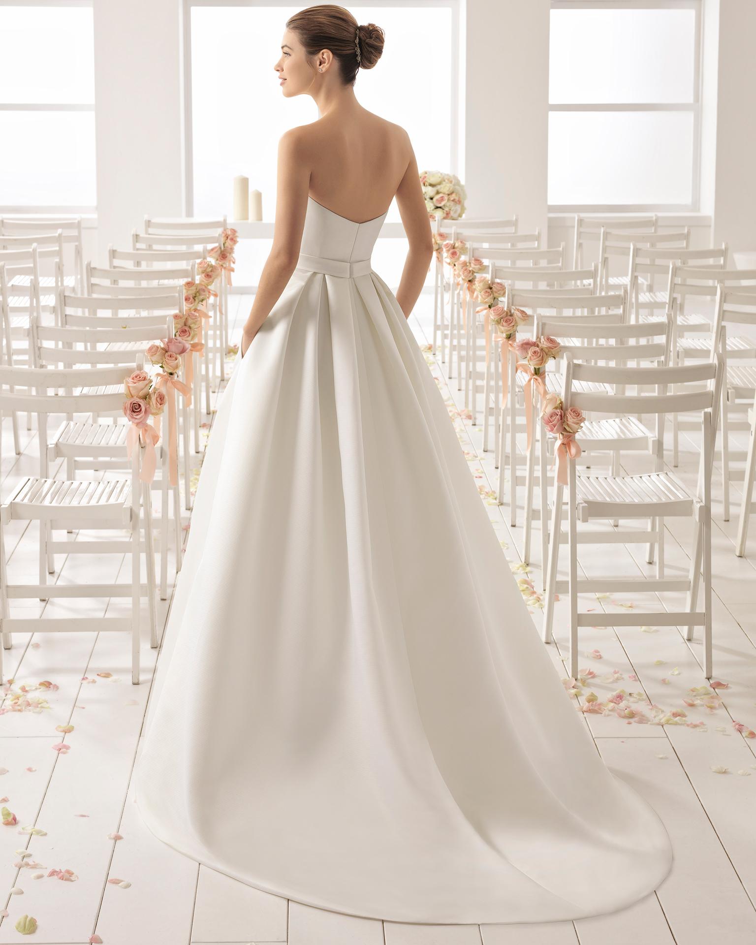 经典款无肩带斜纹布新娘婚纱,配罩裙设计。
