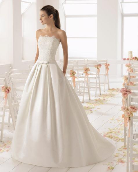 Abito da sposa stile classico in raso duchesse, pizzo e strass, con scollo a balconcino, colore avorio.
