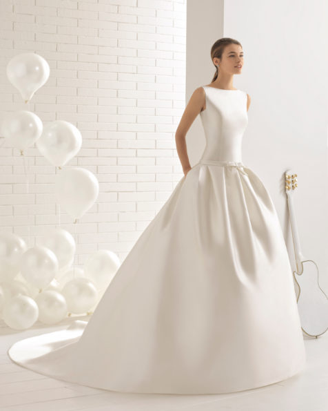 Vestido de novia estilo clásico en mikado con espalda de encaje y pedreria.