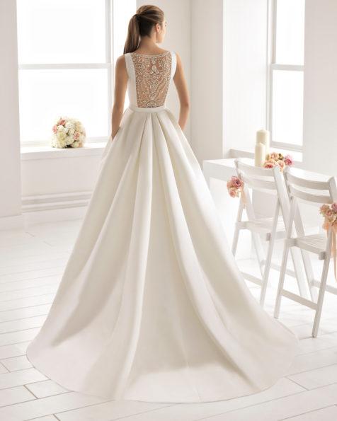 经典款斜纹布新娘婚纱,一字领珠饰后背配罩裙设计。