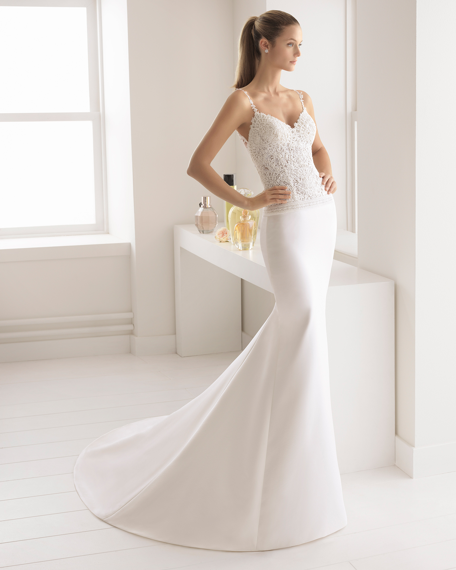 Mermaid-style duchess satin wedding dress with beaded guipure lace V-neckline and low back, in ivory.