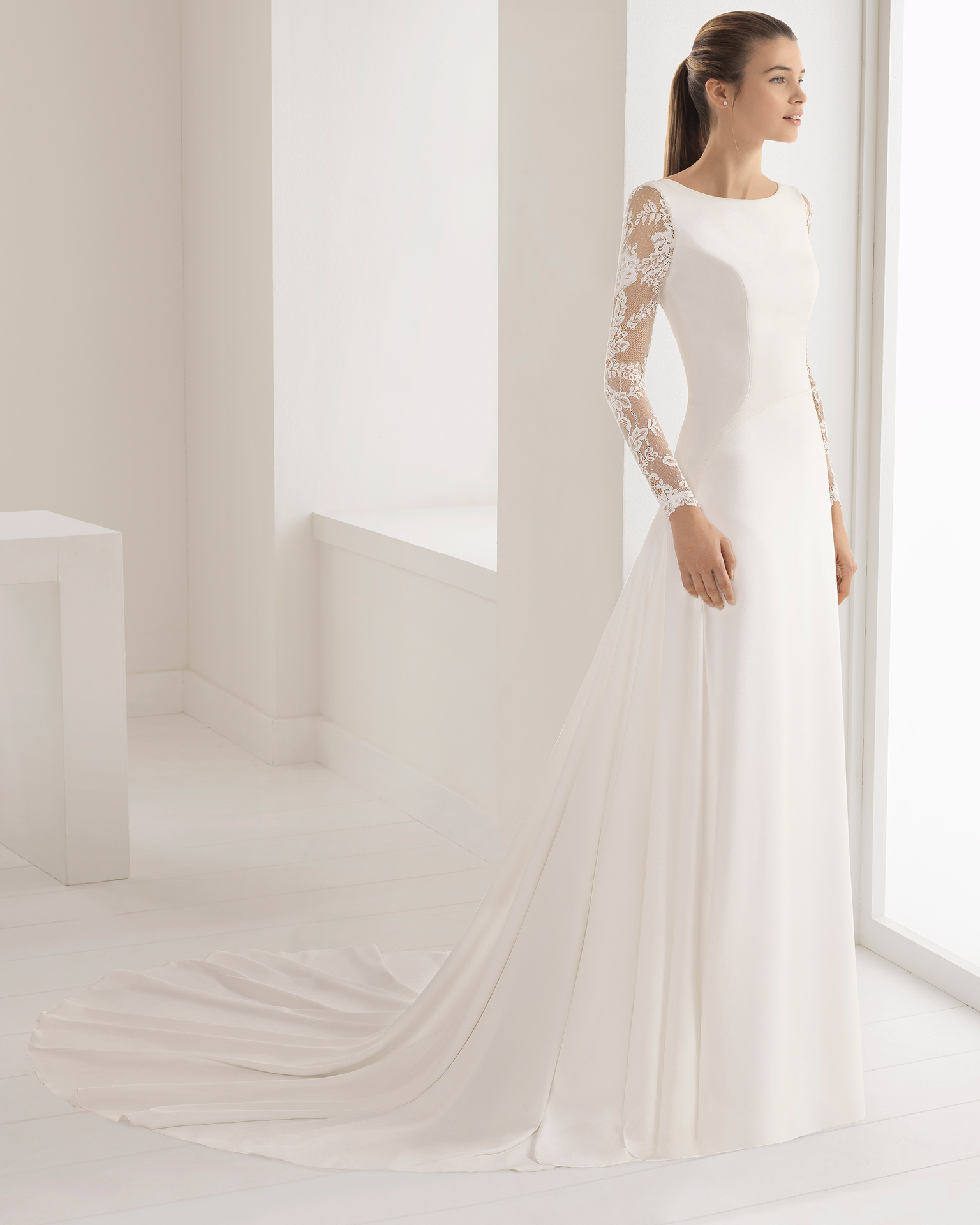 Vestido de noiva estilo clássico de crepe de manga comprida e costas abertas de renda e brilhantes.