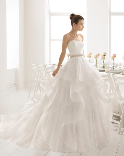 Ballgown-style wedding dress with beaded embroidery bodice, semi-sweetheart neckline, flounced tulle skirt and natural waist, in natural.