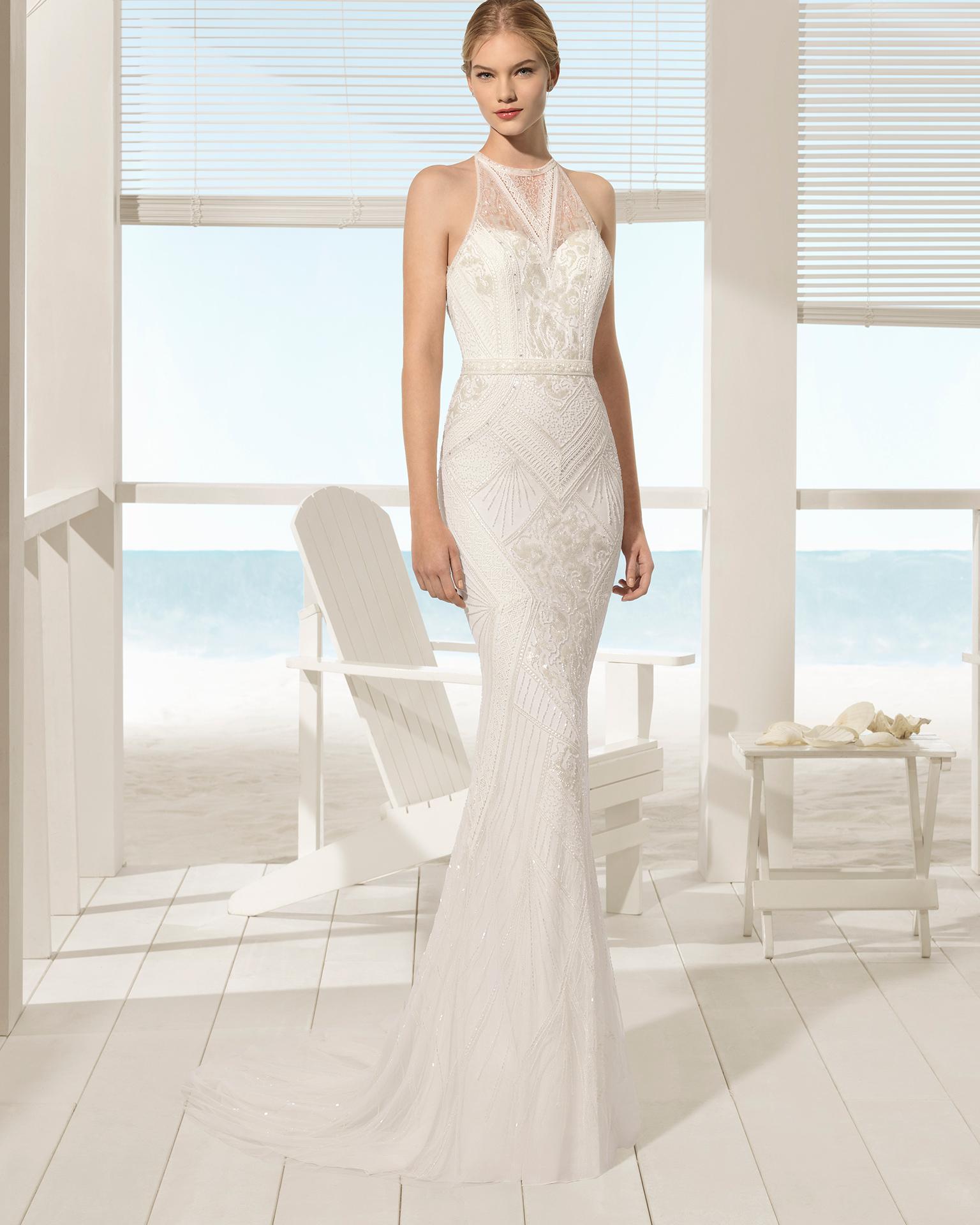 Rochie de mireasă în stil boho din ghipură și strasuri cu decolteu halter și spatele gol.