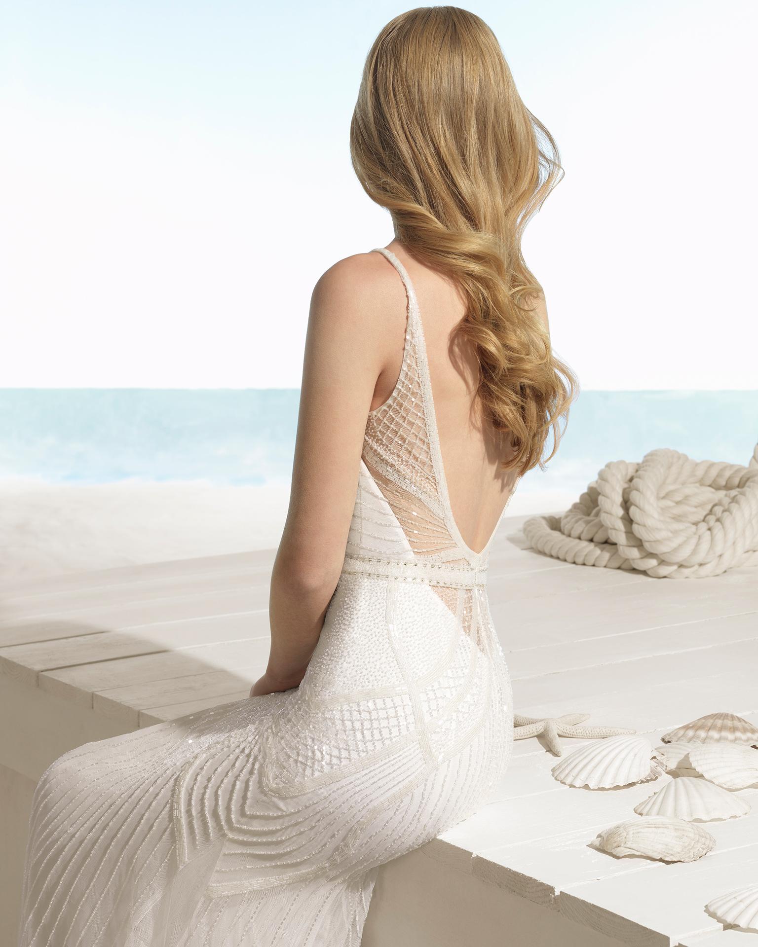 Rochie de mireasă în stil boho din strasuri cu decolteu în formă de inimă și spatele în V de culoare ecru și ecru/argint.