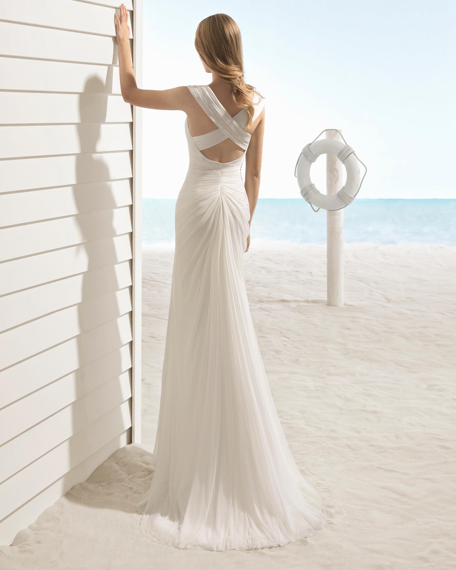 Robe de mariée style bohème en mousseline de soie, avec col croisé et dos avec bretelle croisée.