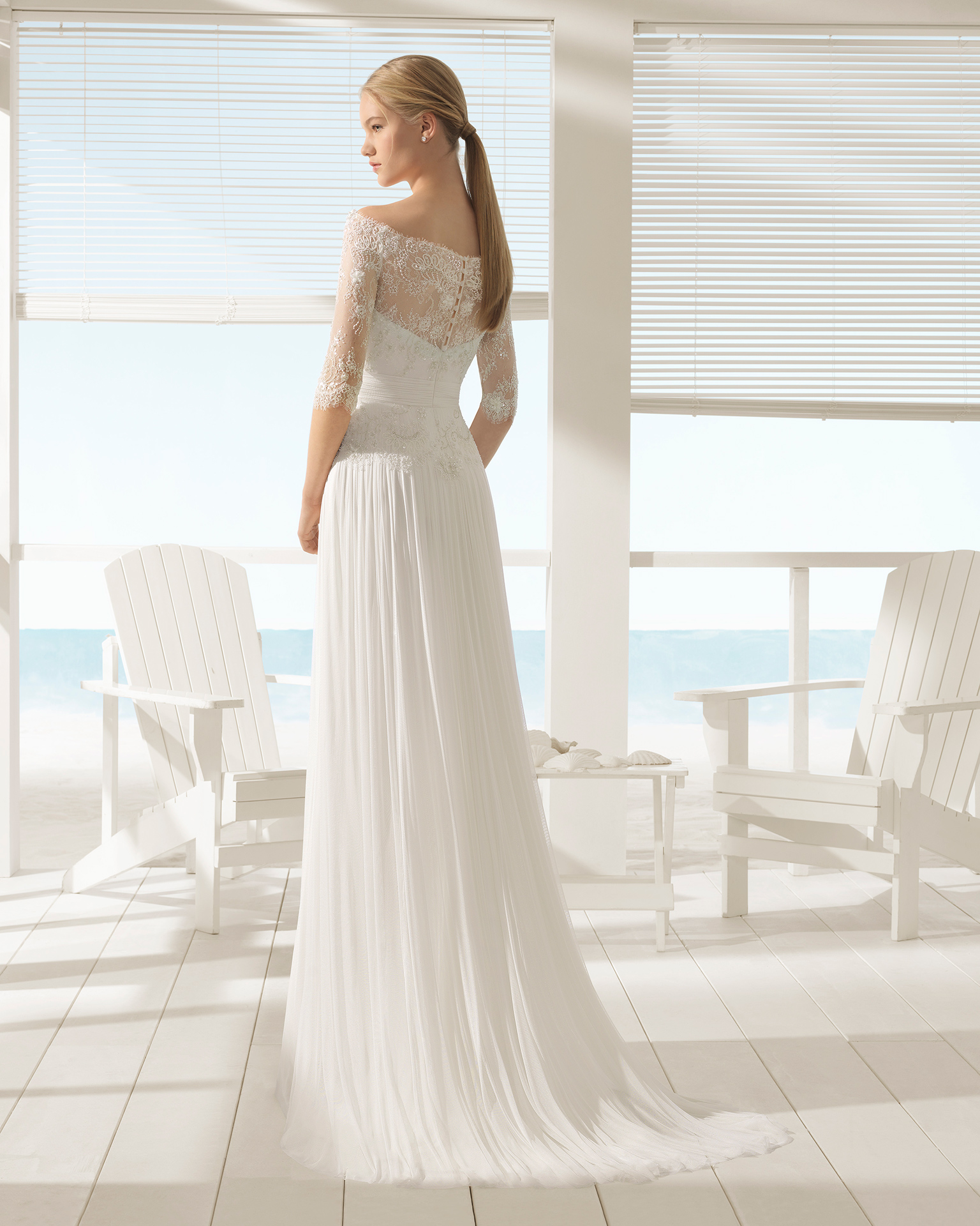 波西米亚风珠饰蕾丝全丝薄纱新娘婚纱,长袖鸡心领配透明饰片设计。