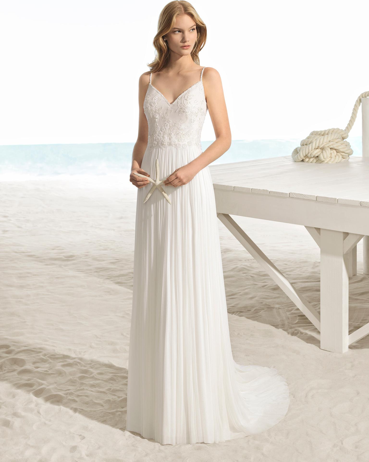Rochie de mireasă în stil boho din dantelă, strasuri și muselină de mătase, cu decolteu și spatele în V.