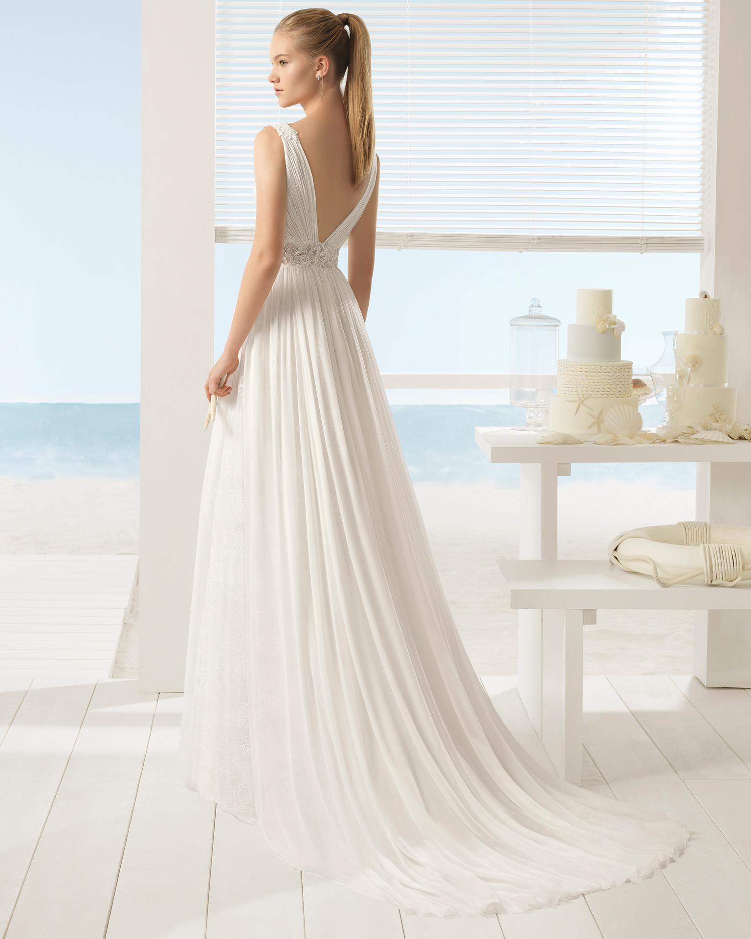 Rochie de mireasă în stil boho din voal de mătase, cu decolteu în V și spatele decoltat, cu ornament din strasuri.