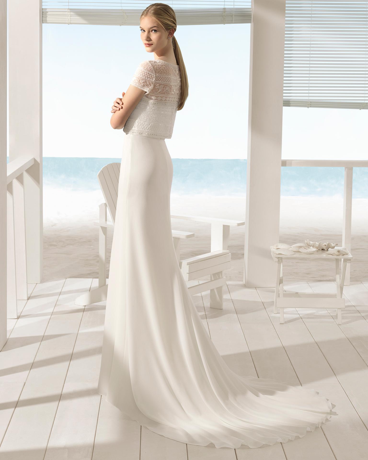 Robe de mariée trois pièces bohème en gaze et guipure avec pierreries, veste et ouverture devant.