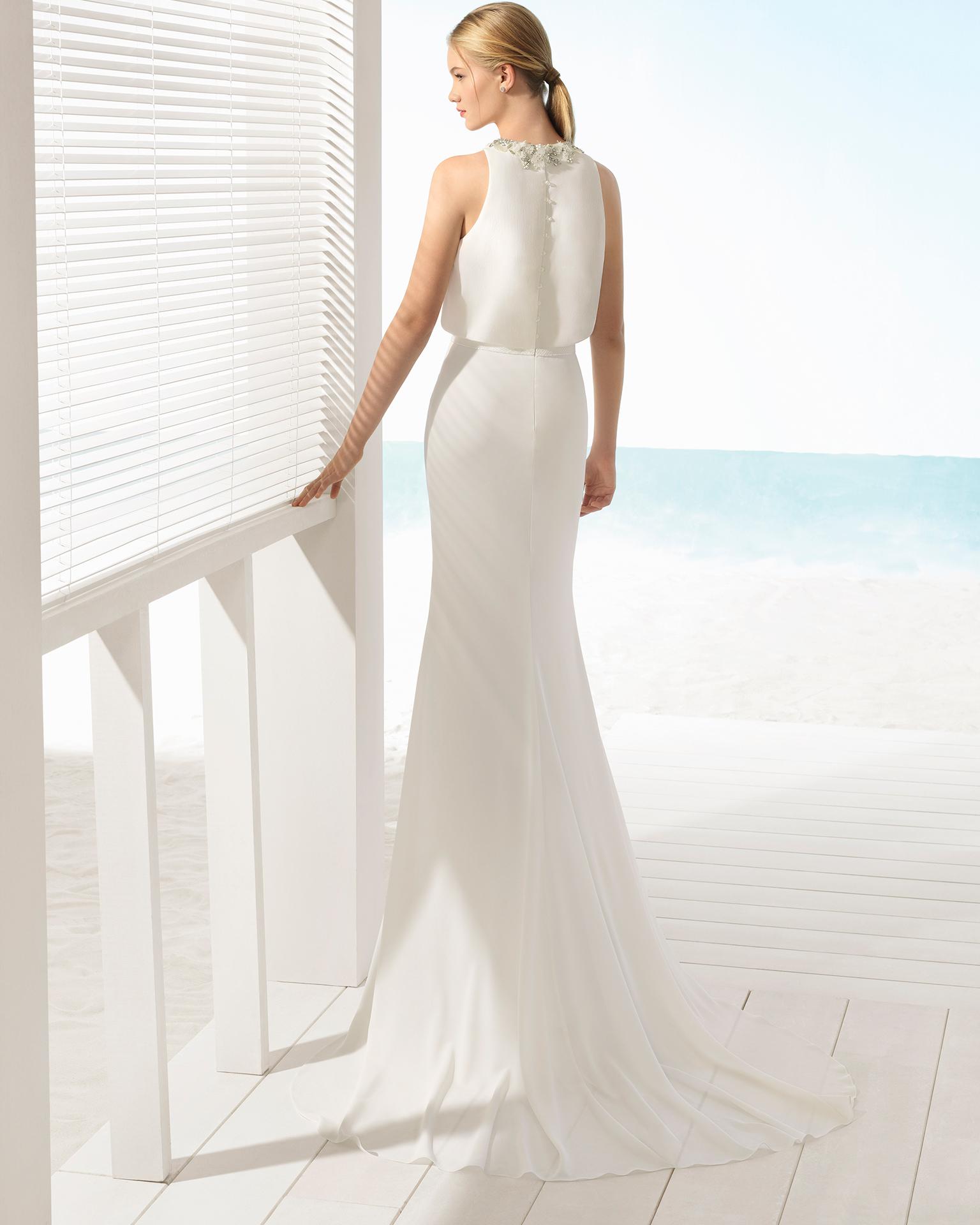 Rochie de mireasă în stil boho din georgette cu decolteu halter cu flori din cristal de culoare ecru și ecru/rosé.