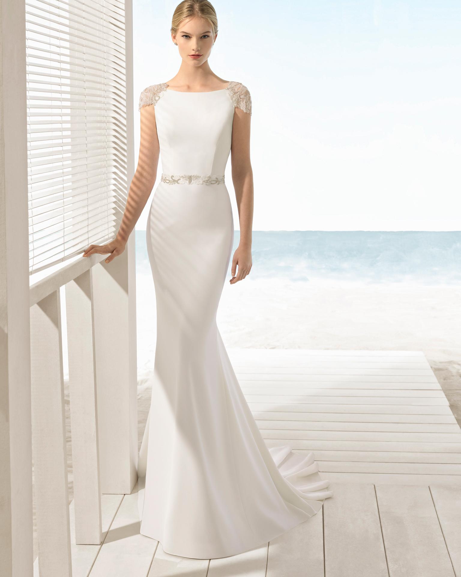 فستان زفاف مصمّم على نمط حورية البحر من الكريب مع فتحة ظهر كبيرة مزخرفة بالخرز.