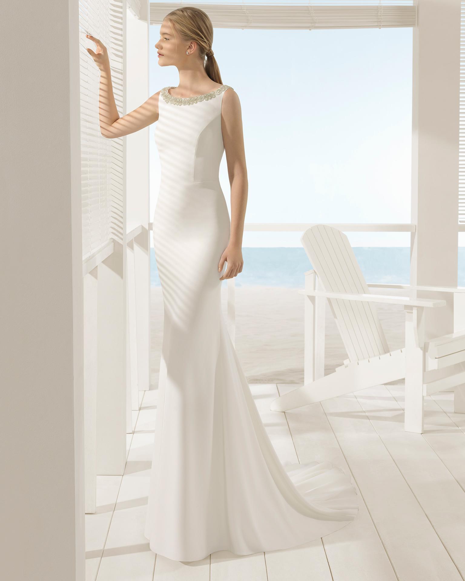 Rochie de mireasă în stil sirenă din crep cu spatele cu efect de bijuterie.
