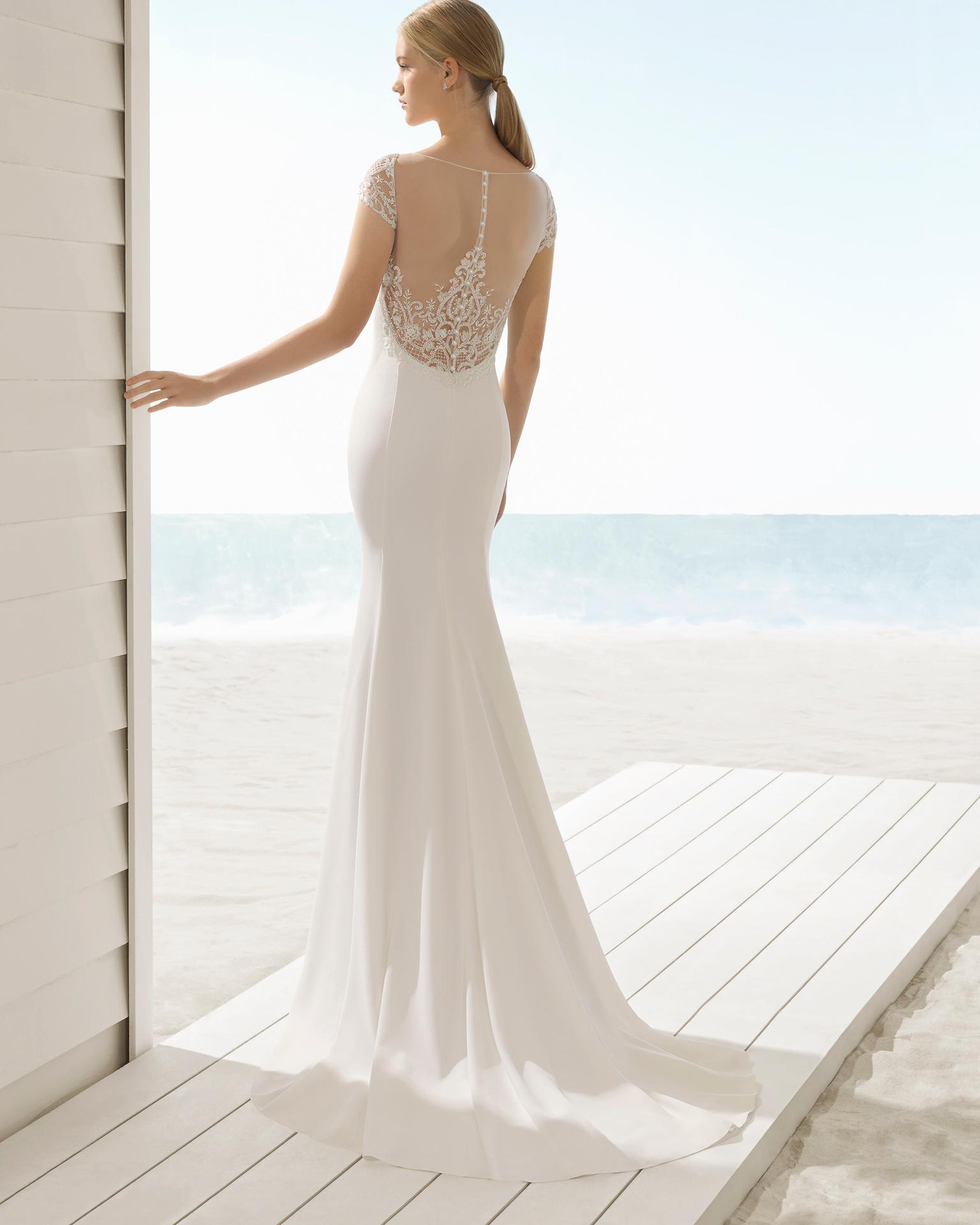 Vestido de novia estilo sirena en crepe con espalda joya.