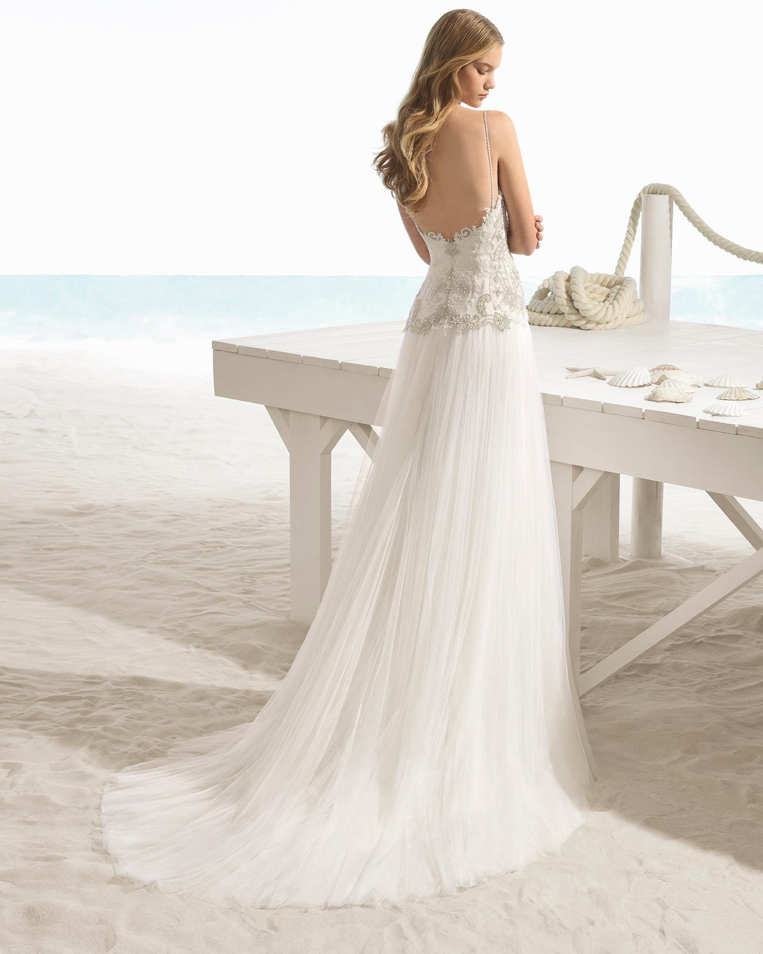 Robe de mariée style trapèze en tulle et dentelle avec pierreries, avec col en cœur, de couleur naturelle/or.