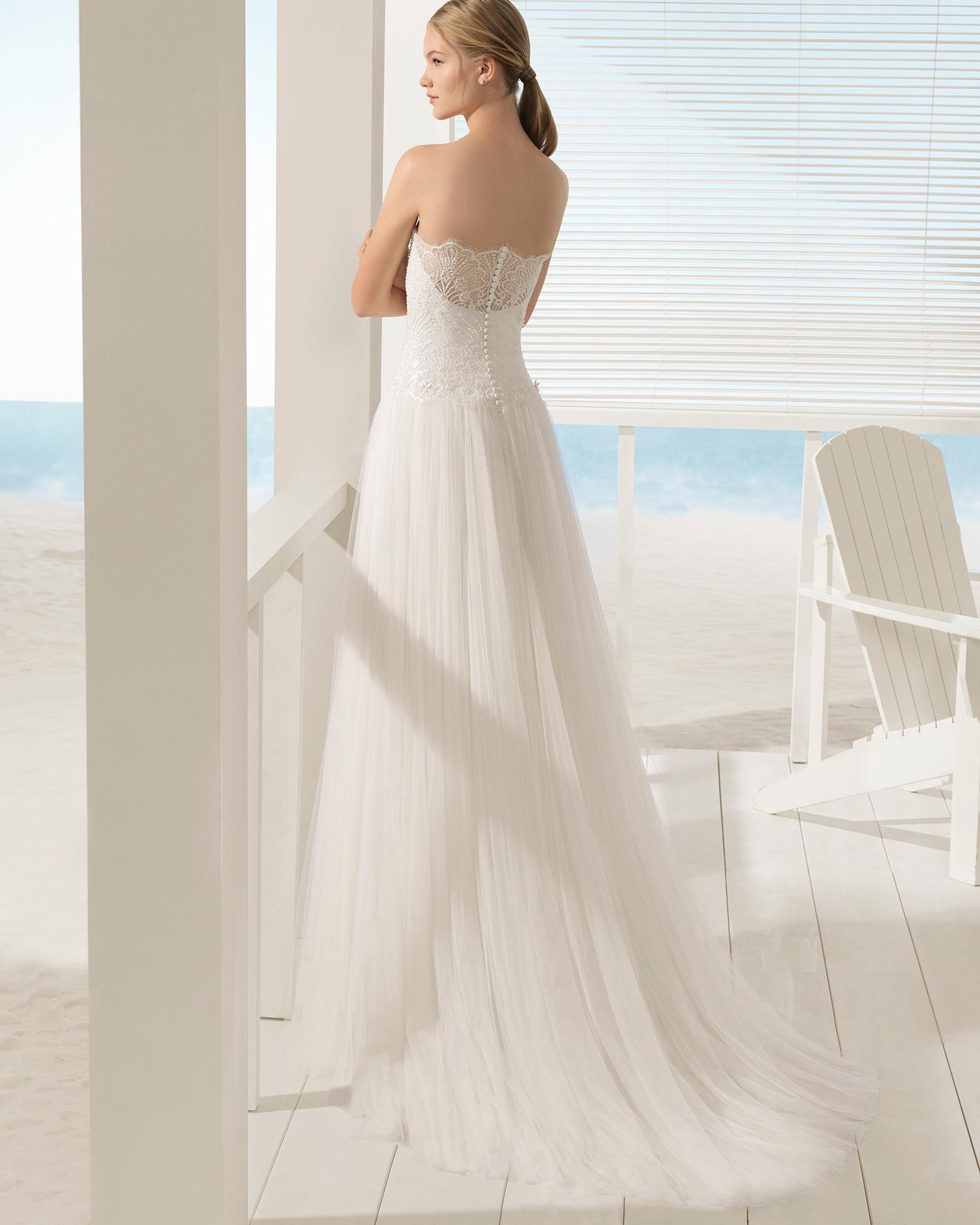 Vestido de noiva estilo linha A de tule, renda e brilhantes, decote caicai com transparências e jaqueta.