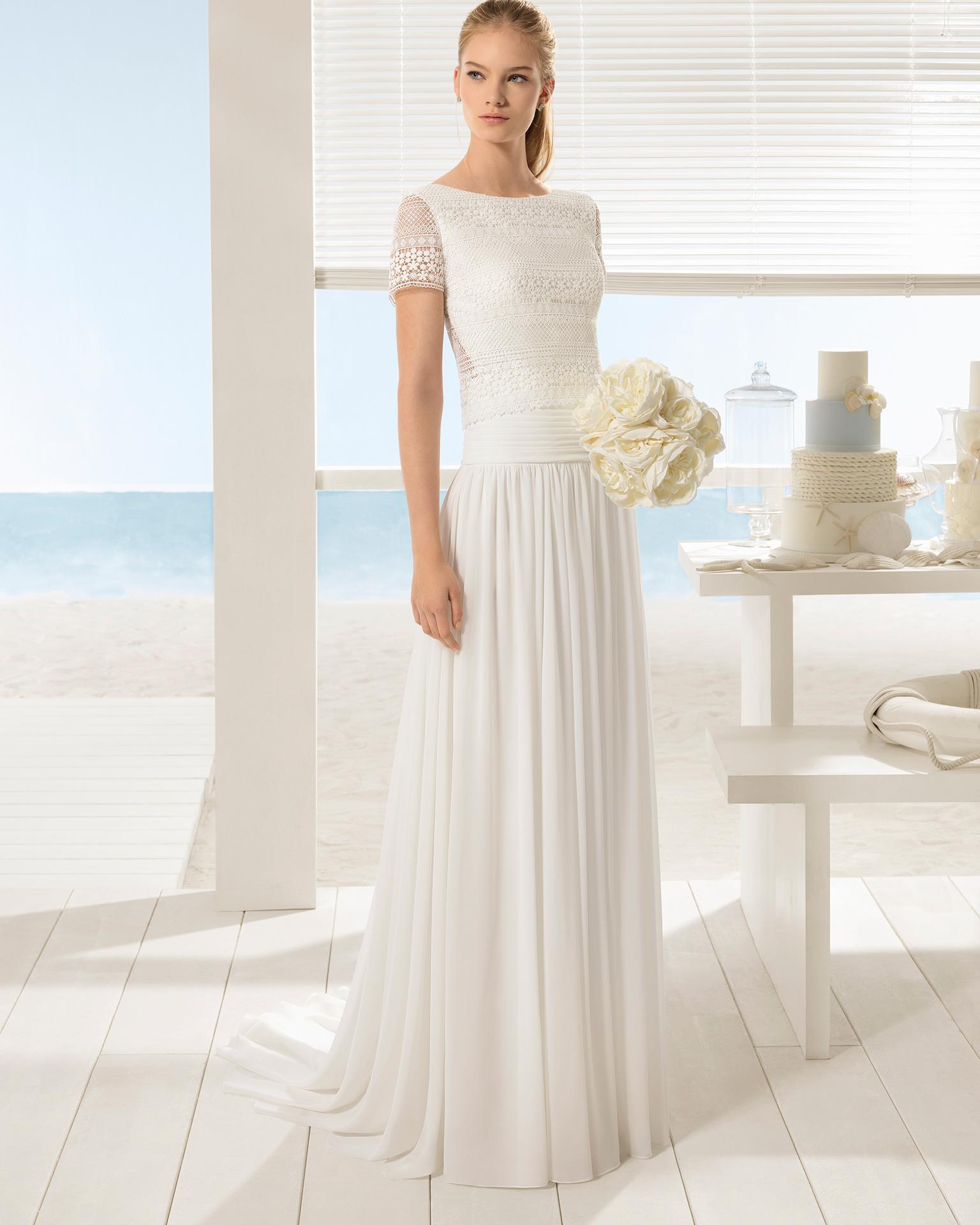 Robe de mariée trois pièces bohème en crêpe georgette et dentelle, à manches courtes.