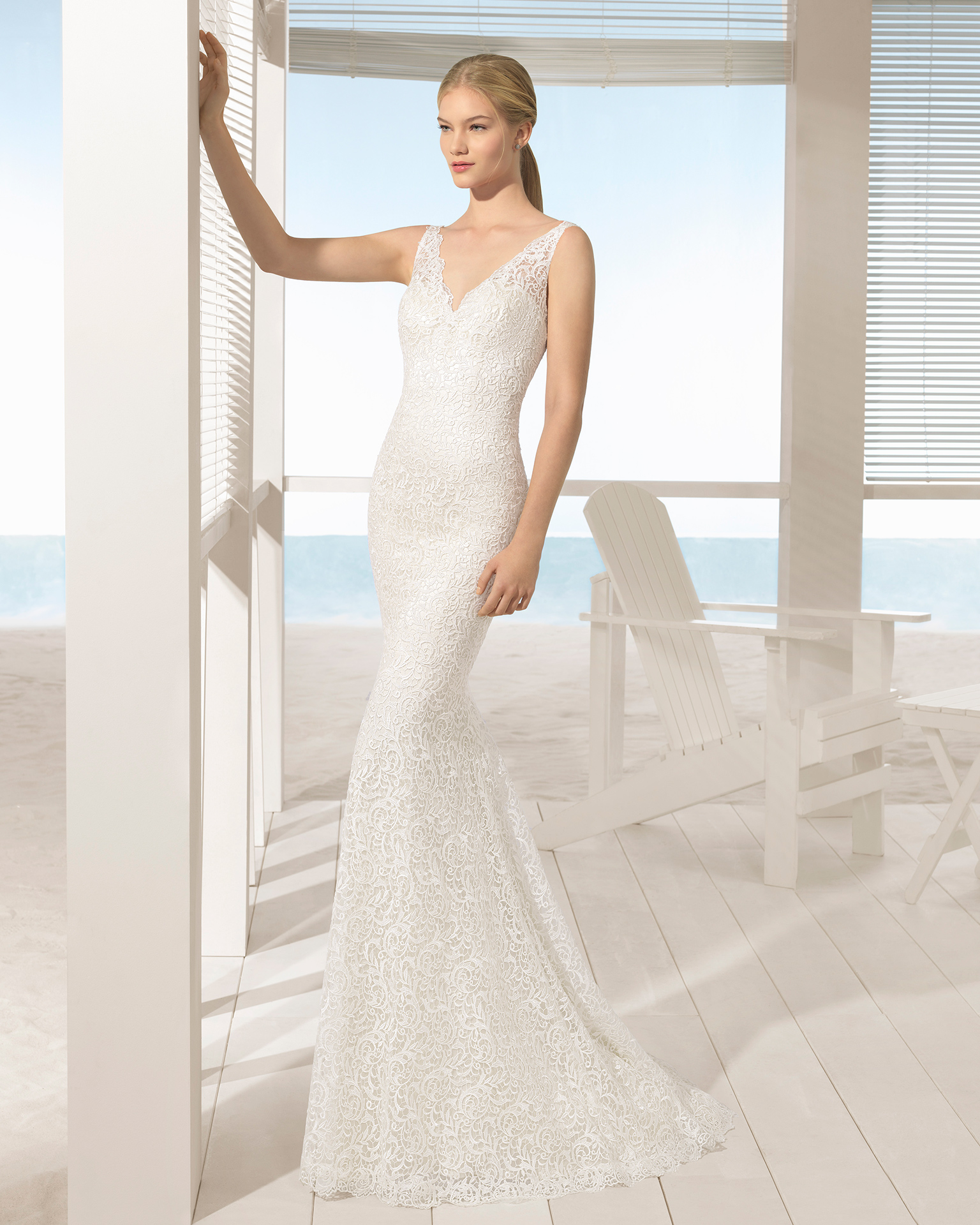 Mermaid-style guipure lace wedding dress with low back, in ivory.