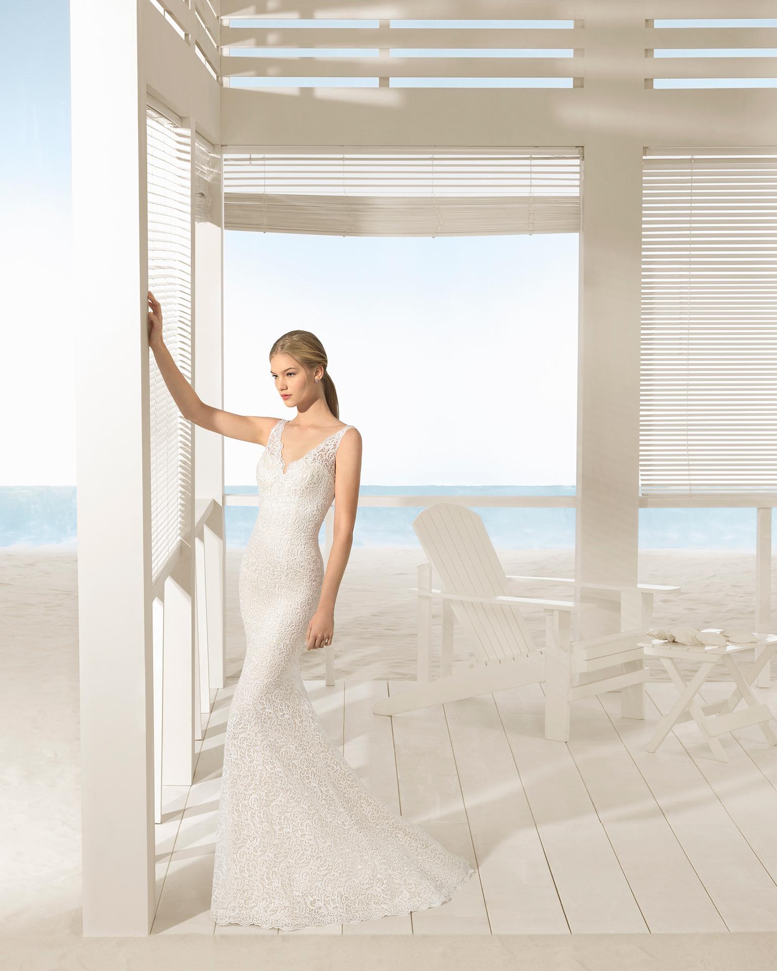 象牙色美人鱼风格低背凸纹花边蕾丝新娘婚纱。