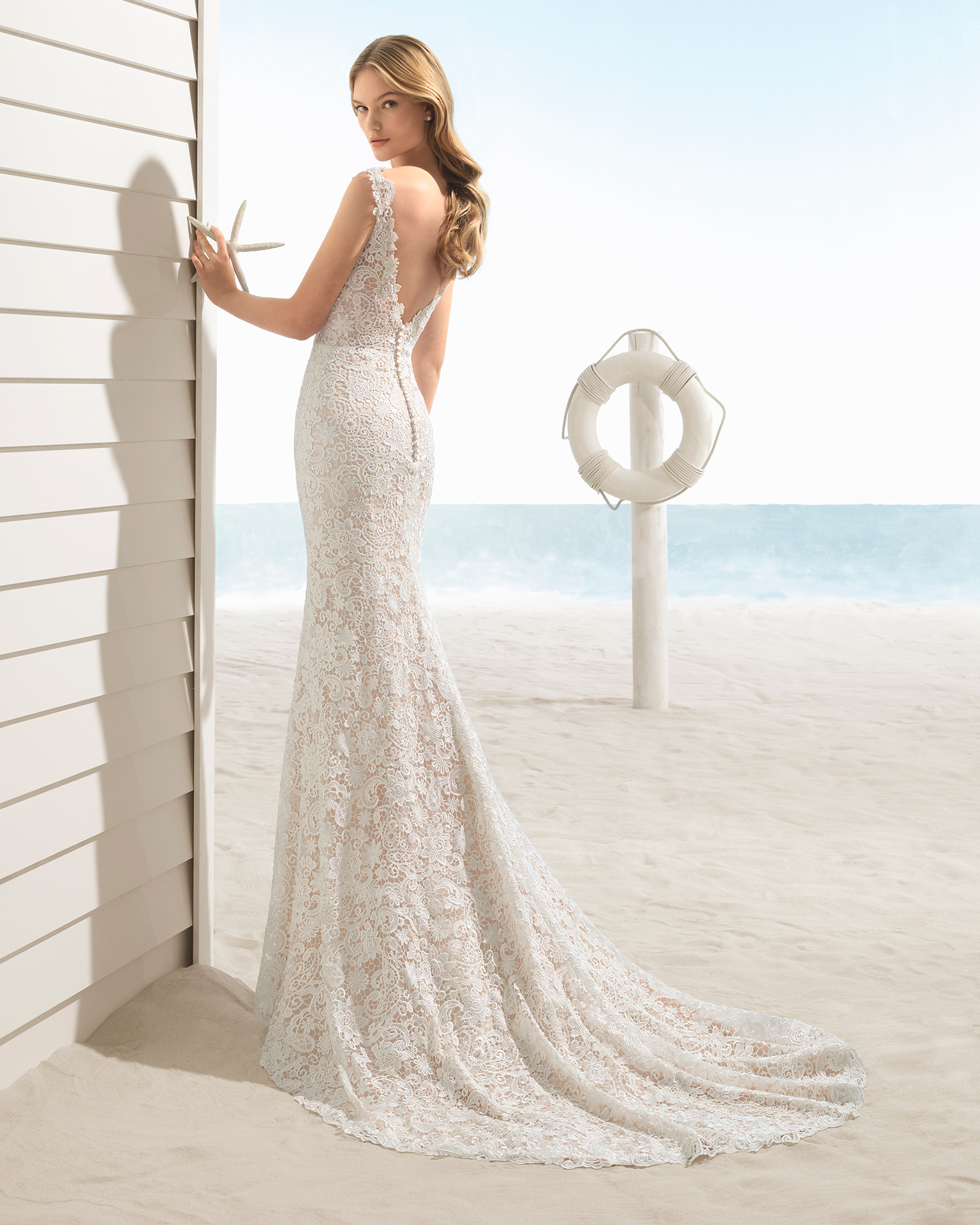 Mermaid-style guipure lace wedding dress with V-neckline and low back, in rose and natural.