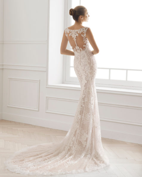Romantic-style lace wedding dress with V-neckline and tattoo-effect back with lace detail, in nude and natural.