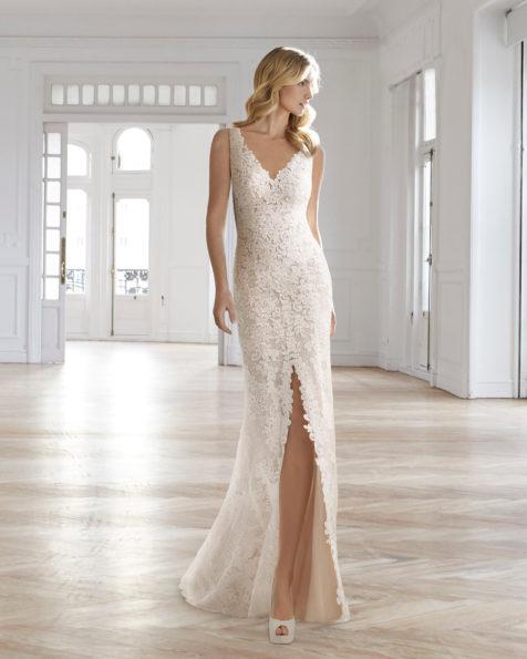 Robe de mariée style romantique en dentelle, col en V, décolleté dans le dos, ouverture devant, de couleur naturelle et nude.