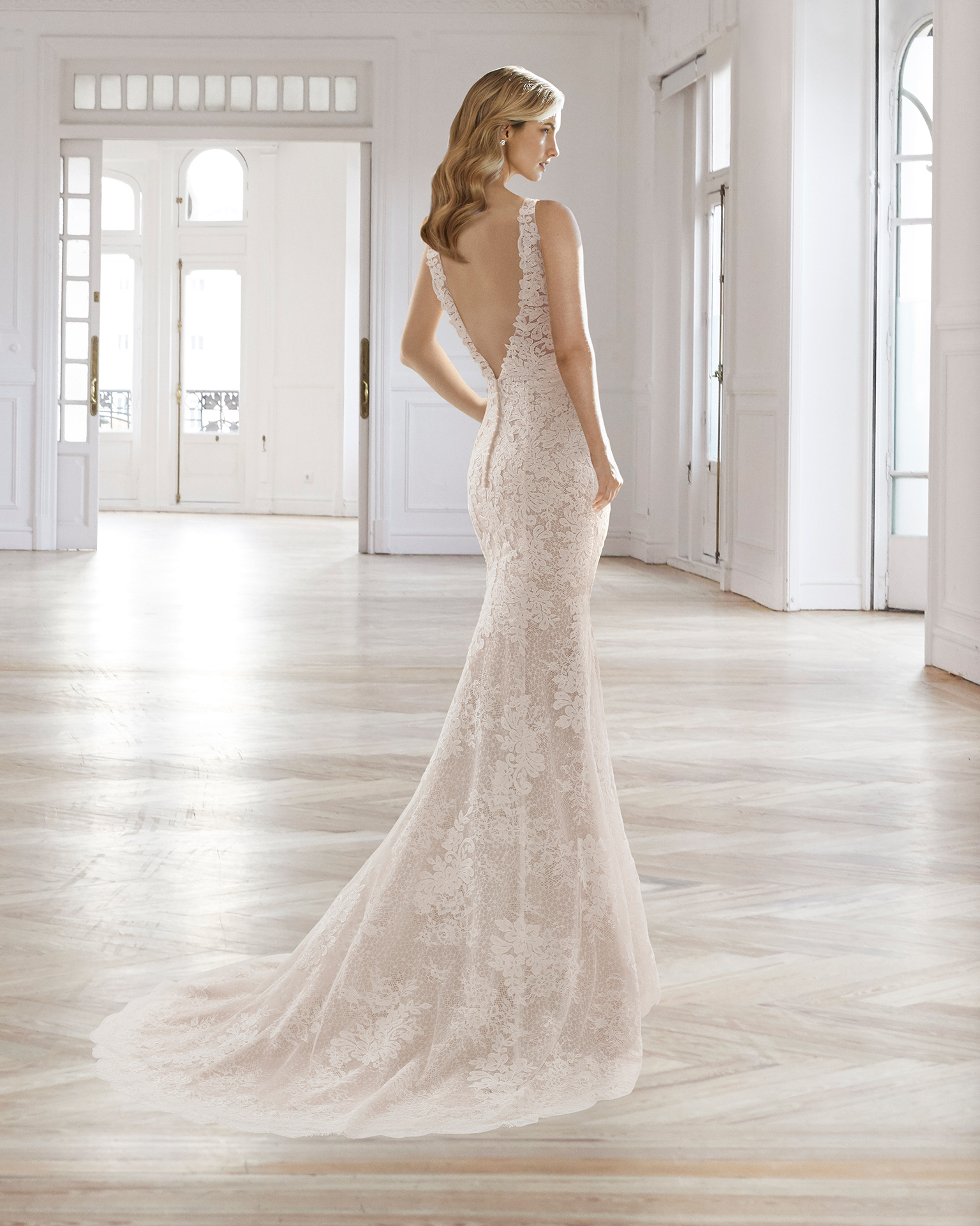 Romantic-style lace wedding dress with V-neckline, low back and front opening, in natural and in nude.