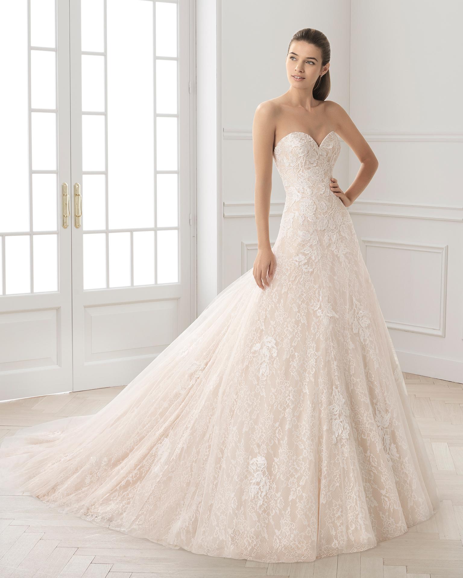 Vestido de novia estilo romántico en encaje con escote corazón en color nude y en natural.