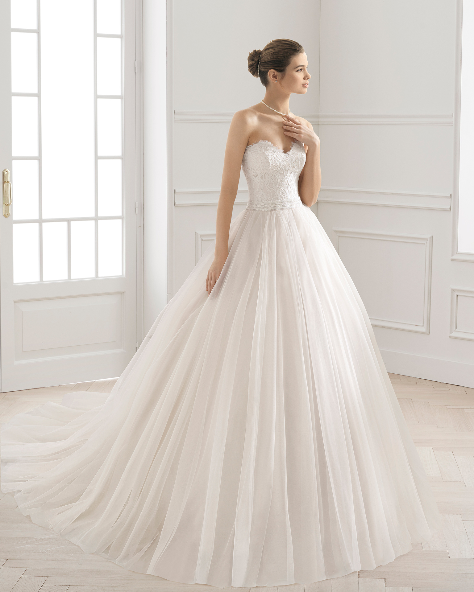 Princess-style wedding dress with lace bodice, sweetheart neckline and full tulle skirt, in rose and natural.