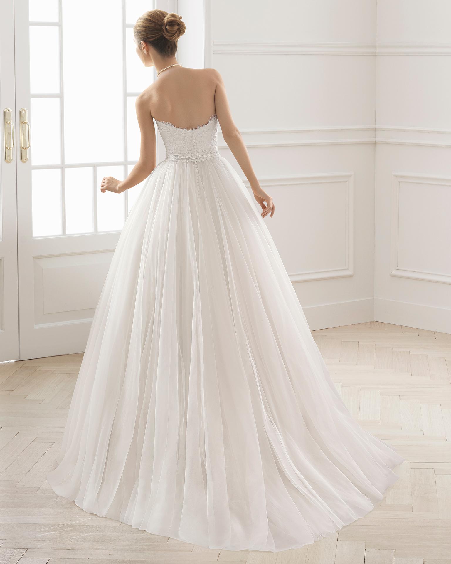 Vestido de novia princesa con cuerpo de encaje y falda de gran volumen de tul, con escote corazón, en color rose y natural.