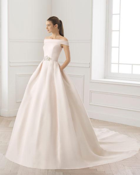 Rochie de mireasă cu croială clasică de gazar, cu decolteu tip bărcuță și croi în talie, de culoare rosé și ecru.