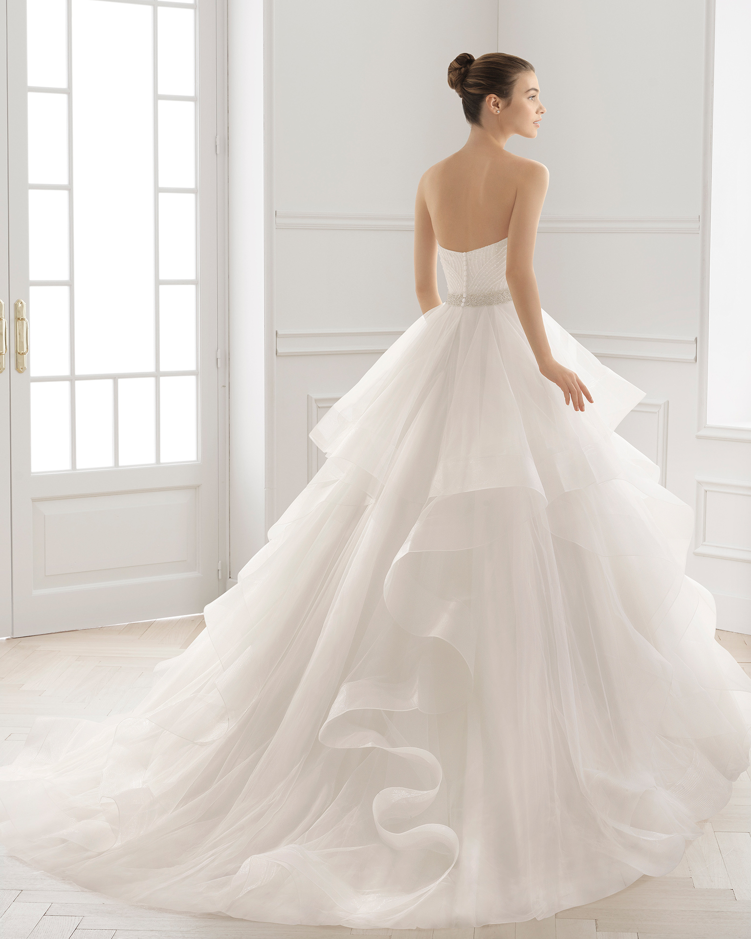 Ball-gown-style wedding dress with beaded embroidery bodice, semi-sweetheart neckline, flounced tulle skirt and natural waist, in natural.