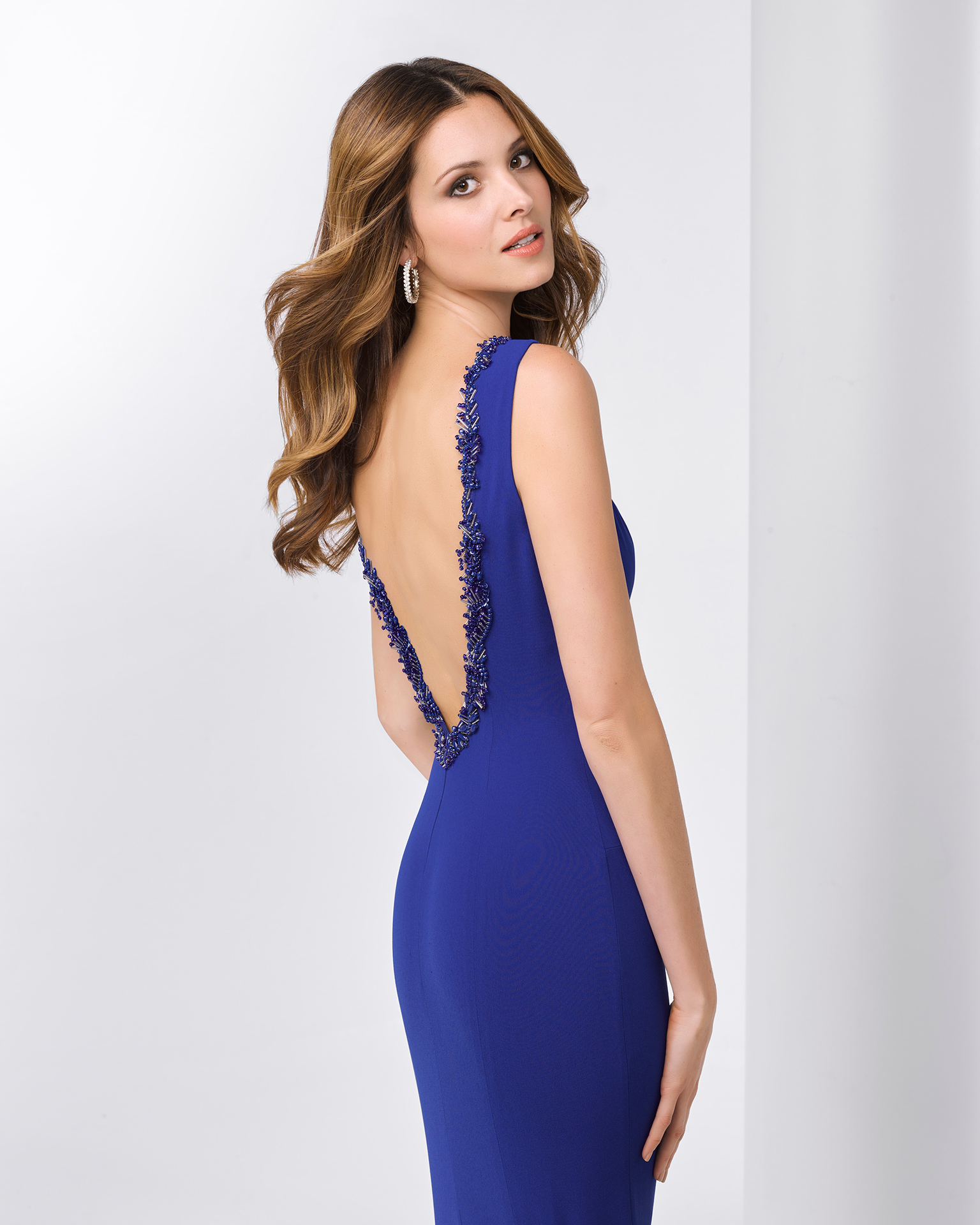Crepe cocktail dress with bateau neckline, V-back and beading on neck and back. Available in cobalt, green, red and navy blue. 2018 FIESTA AIRE BARCELONA Collection.