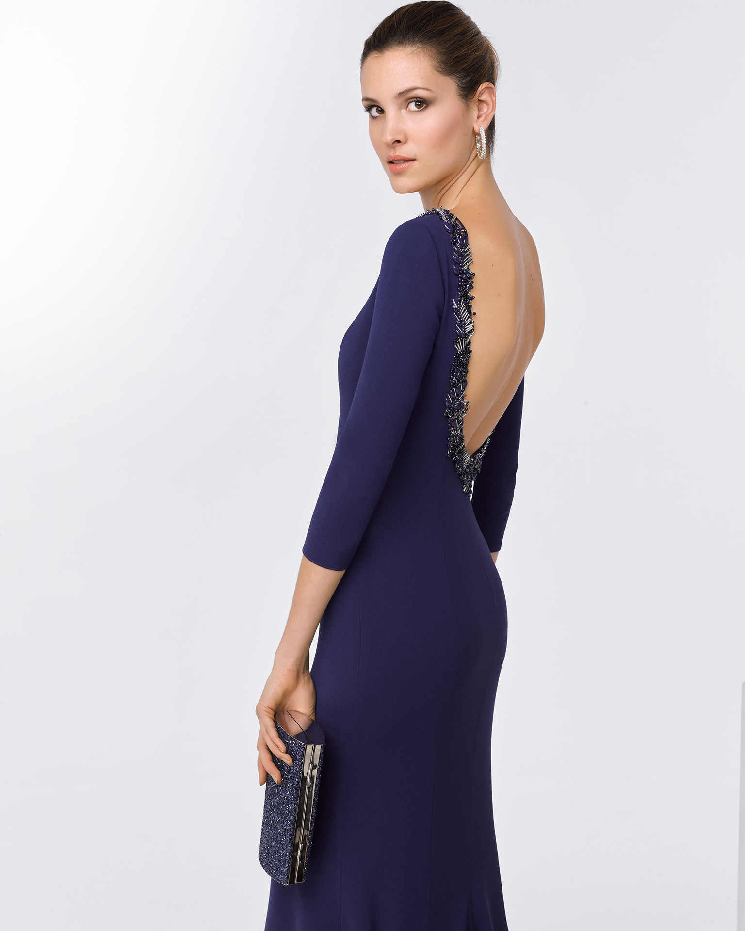 Long beaded crepe cocktail dress with three-quarter sleeves and open back. Available in navy blue, cobalt, red and green. 2018 FIESTA AIRE BARCELONA Collection.