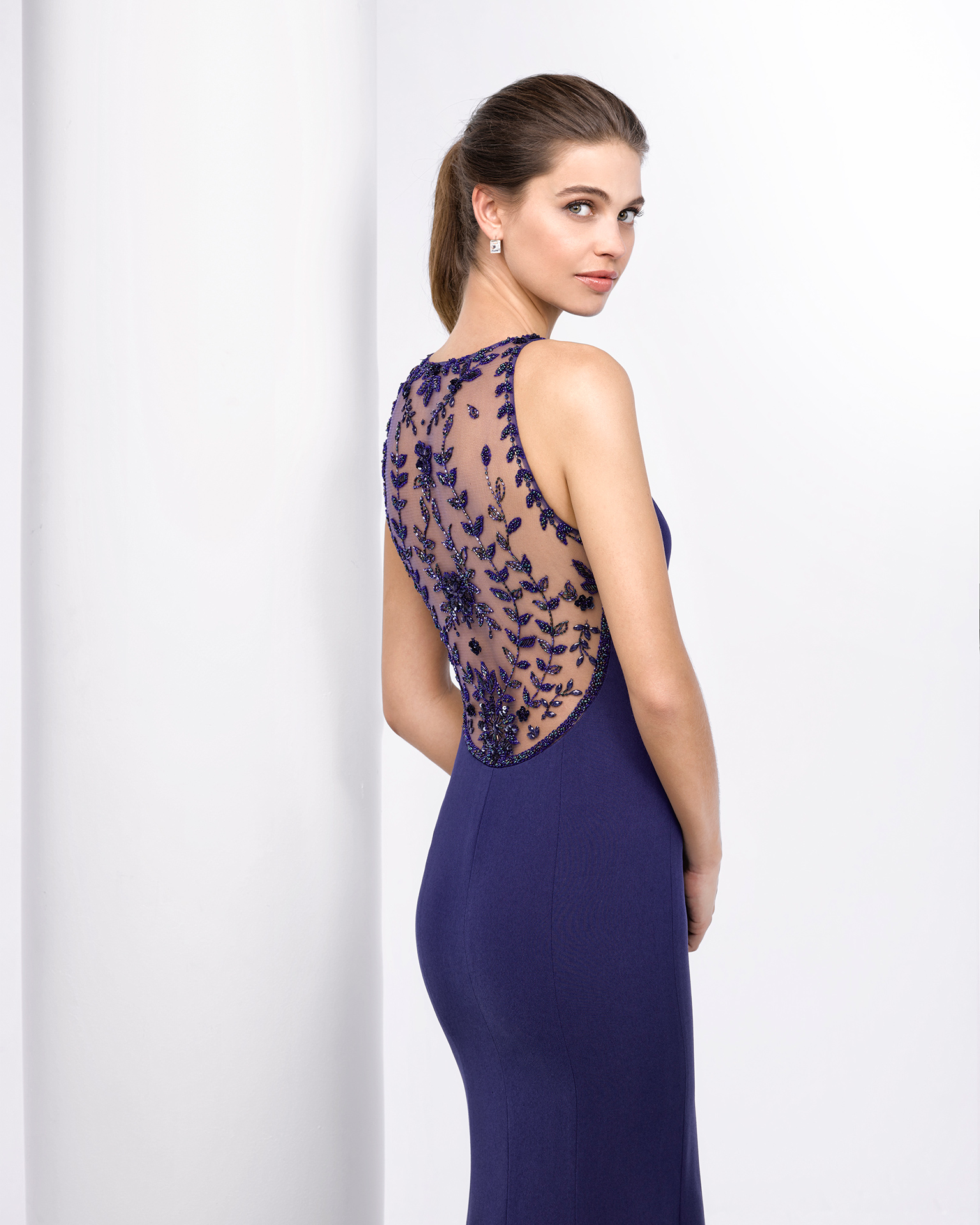 Long crepe cocktail dress with beaded back. Available in navy blue, cobalt, red and green. 2018 FIESTA AIRE BARCELONA Collection.