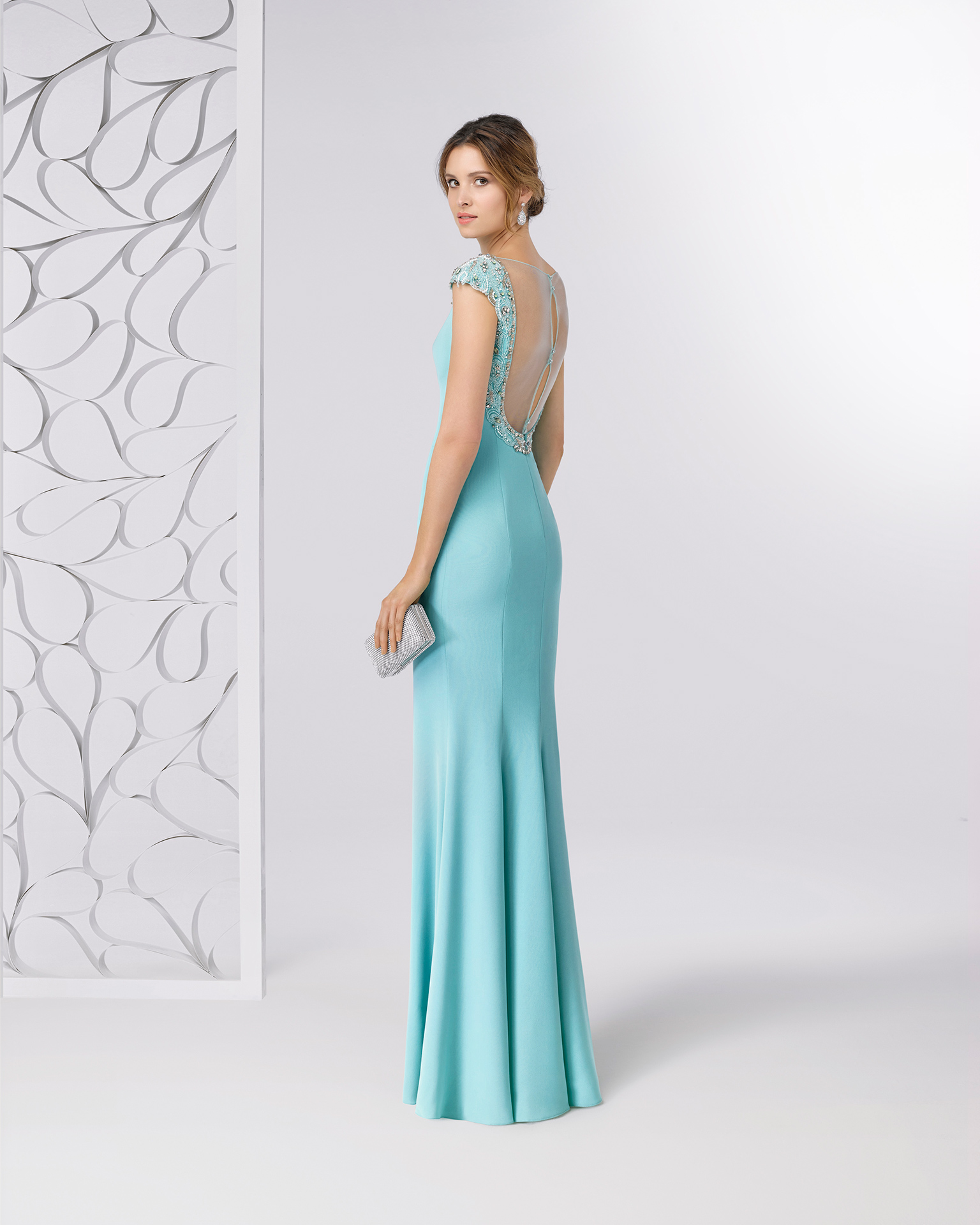 Crepe cocktail dress with bateau neckline and beaded open back. Available in cobalt, red, green and navy blue. 2018 FIESTA AIRE BARCELONA Collection.