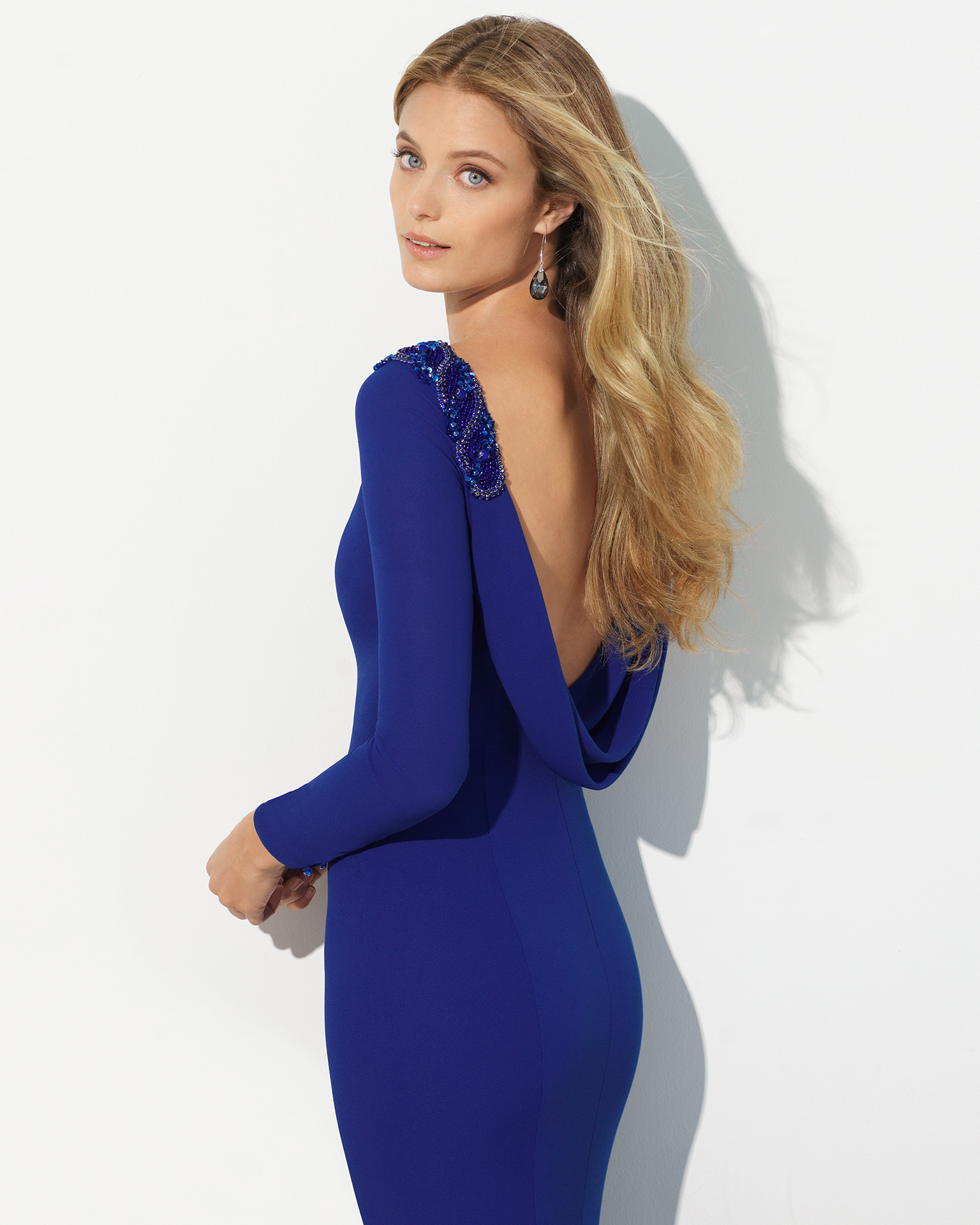 Crepe cocktail dress with long sleeves, bateau neckline, cape back and beading on shoulders. Available in cobalt, red, green, navy blue and coral. 2018 FIESTA AIRE BARCELONA Collection.