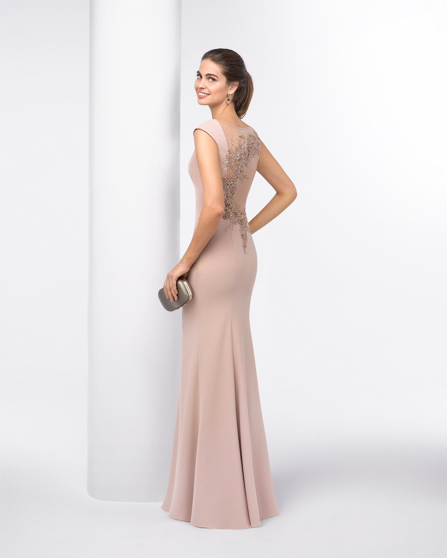 Sleeveless crepe cocktail dress with square neckline and beading on neck and back. Available in cobalt, mocha, mauve and green. 2018 FIESTA AIRE BARCELONA Collection.