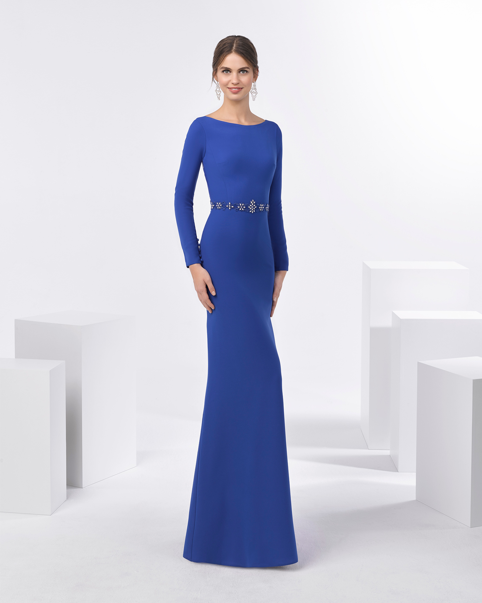 Long beaded crepe cocktail dress with long sleeves. Available in cobalt, red and green. 2018 FIESTA AIRE BARCELONA Collection.
