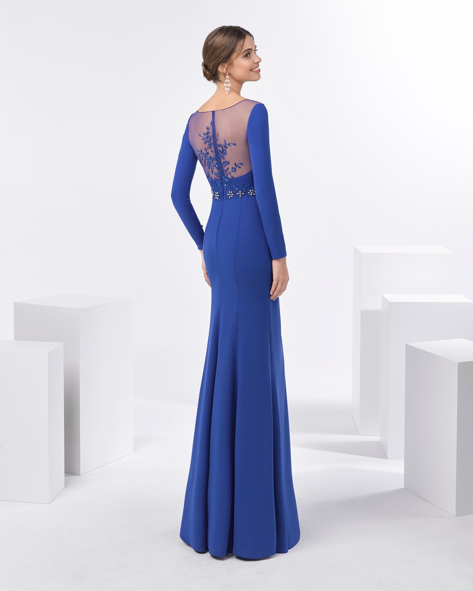 长款珠饰绉绸鸡尾酒会礼服,采用长袖设计。 有深蓝色、红色和绿色可选。 FIESTA AIRE BARCELONA 新品系列 2018.
