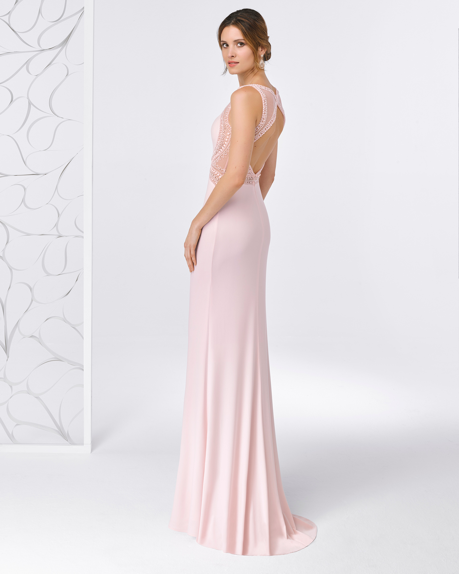 Long beaded crepe cocktail dress with open beaded back. Available in pink, cobalt, red and aquamarine. 2018 FIESTA AIRE BARCELONA Collection.