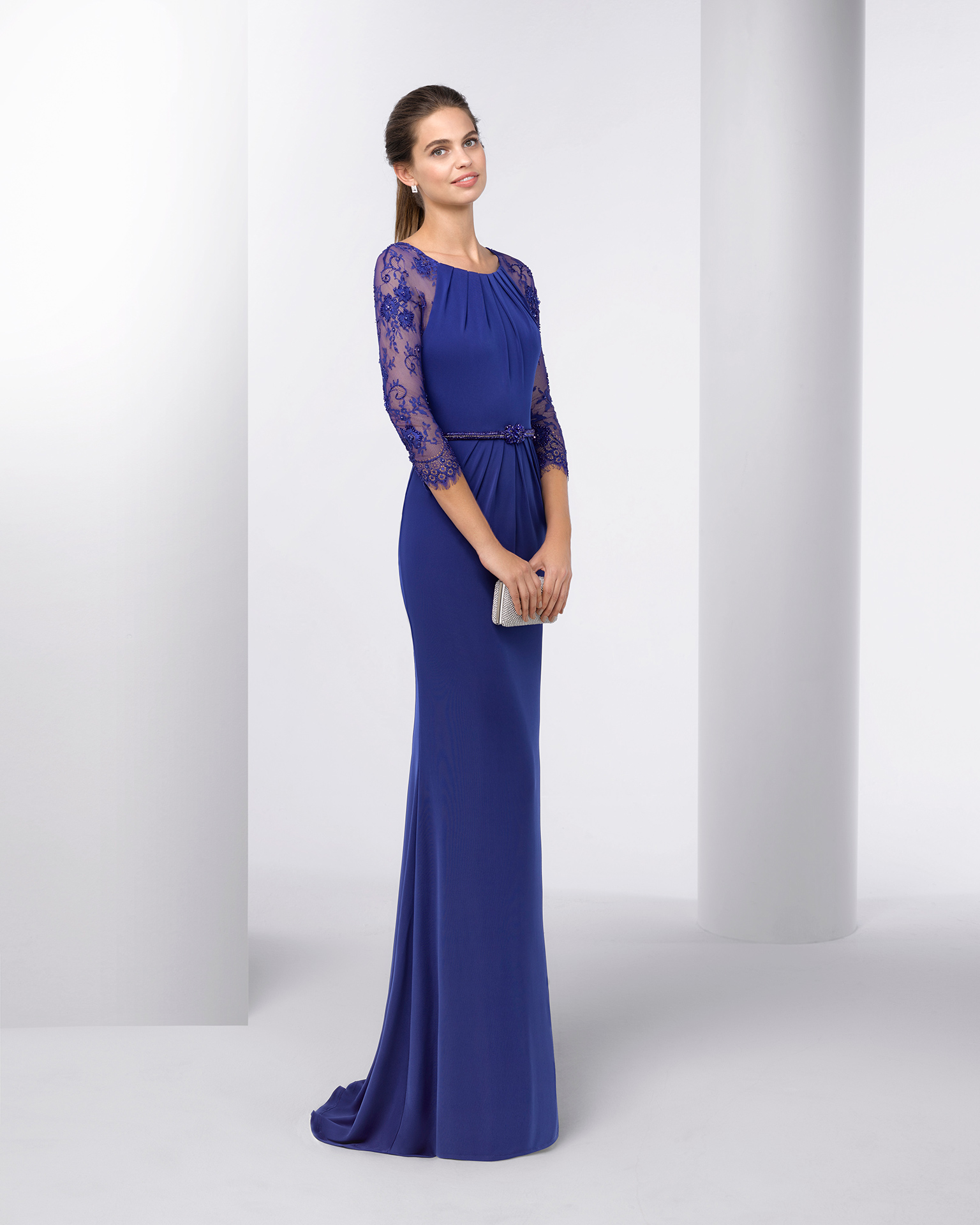 Stretch crepe cocktail dress with three-quarter lace sleeves, bateau neckline, beaded belt and lace back. Available in navy blue, cobalt, silver, red and green. 2018 FIESTA AIRE BARCELONA Collection.