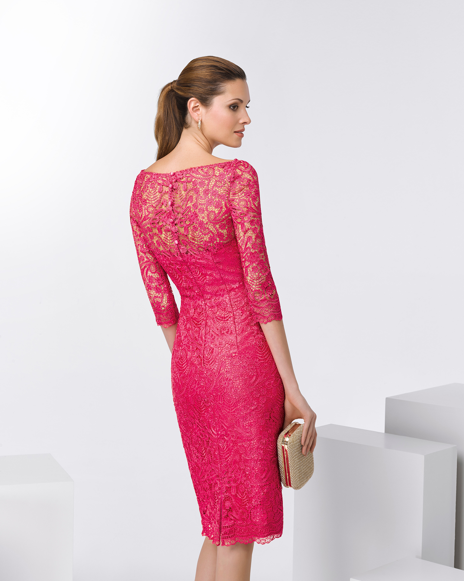 Short lace cocktail dress with three-quarter sleeves. Available in fuchsia, cobalt and silver. 2018 FIESTA AIRE BARCELONA Collection.