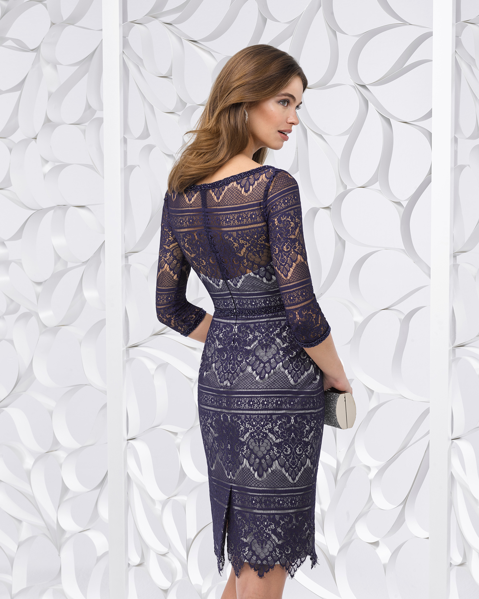 Short lace cocktail dress with three-quarter sleeves. Available in silver and navy blue/silver. 2018 FIESTA AIRE BARCELONA Collection.