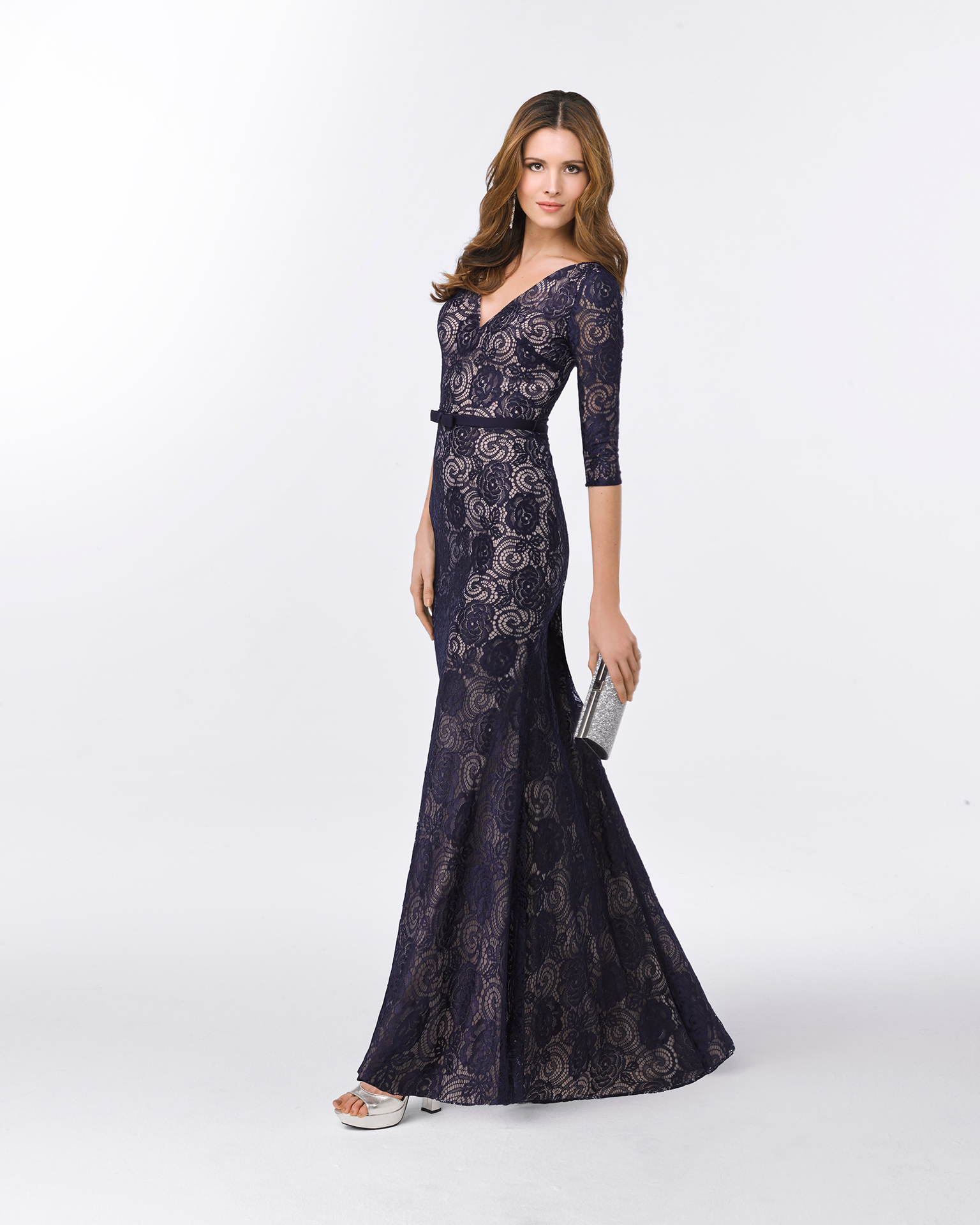 Long lace cocktail dress with V-neckline, three-quarter sleeves and detail on waist. Available in navy blue/nude and cobalt. 2018 FIESTA AIRE BARCELONA Collection.