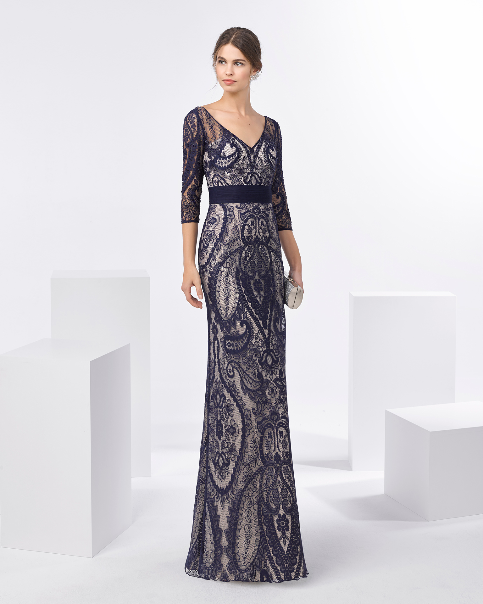 Long beaded lace cocktail dress with V-neckline and three-quarter sleeves. Available in navy blue, black/nude and silver. 2018 FIESTA AIRE BARCELONA Collection.